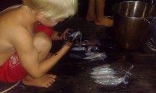 Łowienie i czyszczenie kalmarów to najczęstsze wieczorne zajęcie dzieci