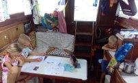 na niewielkiej przestrzeni wewnątrz jachtu jemy, śpimy, bawimy się i uczymy